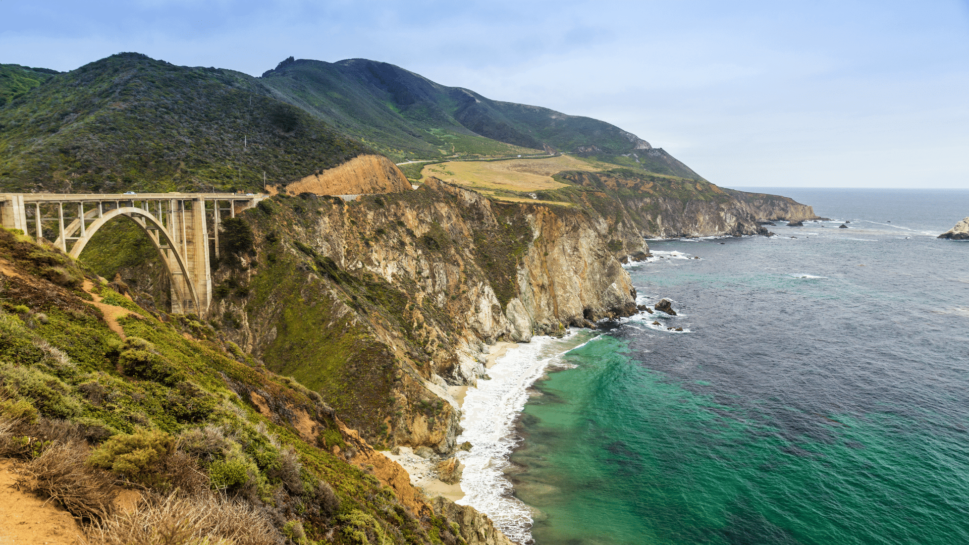 Bixby bridge in Big Sur elegantly connects the cliffs that hold Highway 1 above the Pacific ocean. A great road trip in Northern California.