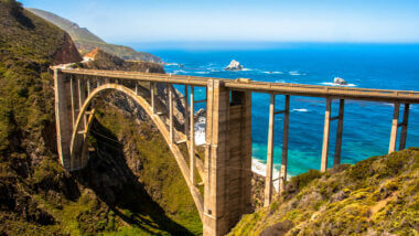 Bixby Creek Bridge connects highway 1 across the cliffs above the ocean in Big Sur, CA.