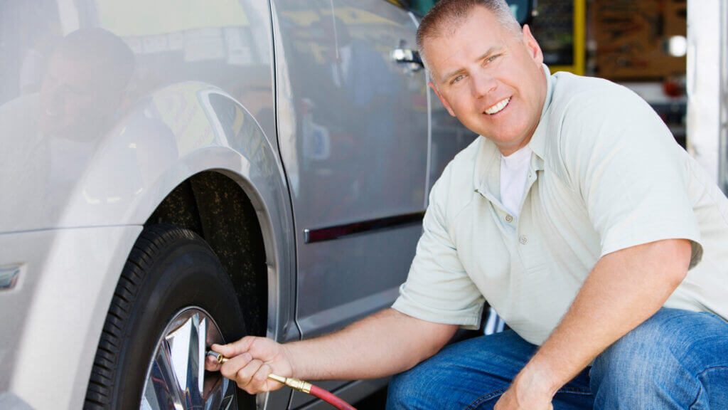 A man fills his truck tire with an air compressor - is he using the Viair 300p or 400p compressor?