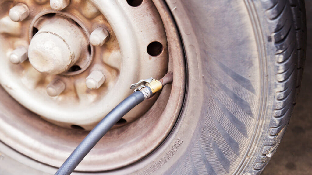 A dirty RV tire is being filled with air - are they using the Viair 300p or 400p air compressor?