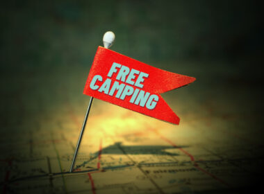 A pin flag on a US map saying Free Camping.